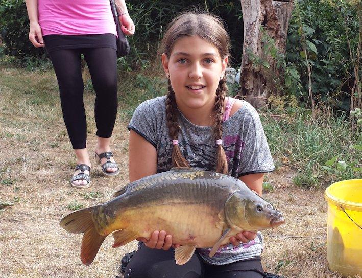 Fischerfest 2015_08_01 Mädchen_Karpfen Jugend
